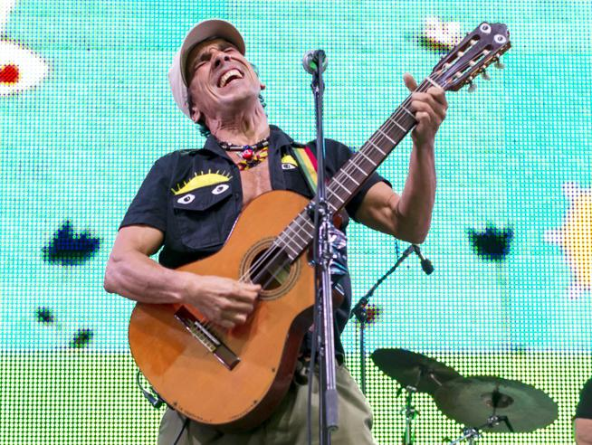 Brasile: il concerto a sorpresa di Manu Chao (in un bar)