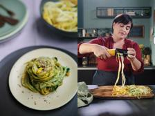 Gli spaghetti di zucchine con pesto di basilico e tartufo