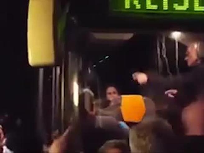 Germania, folla inferocita blocca il bus  con a bordo i rifugiati Video