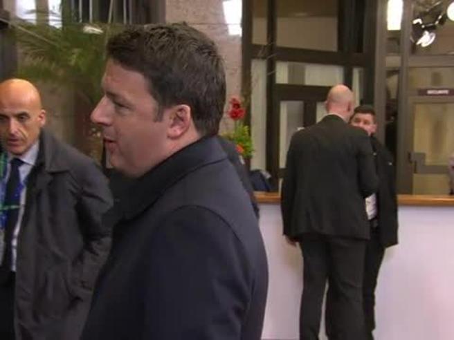 Renzi va via da consiglio Ue e scherza con i giornalisti: «Mi fate domande a piacere»