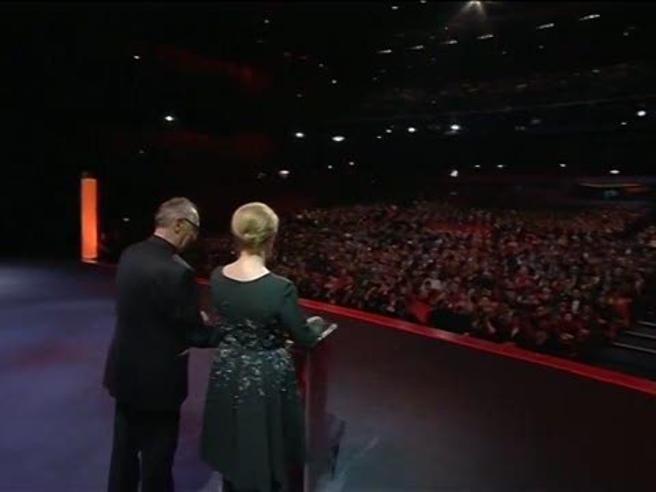 Berlino, Gianfranco Rosi vince l'Orso d'oro e ringrazia Lampedusa