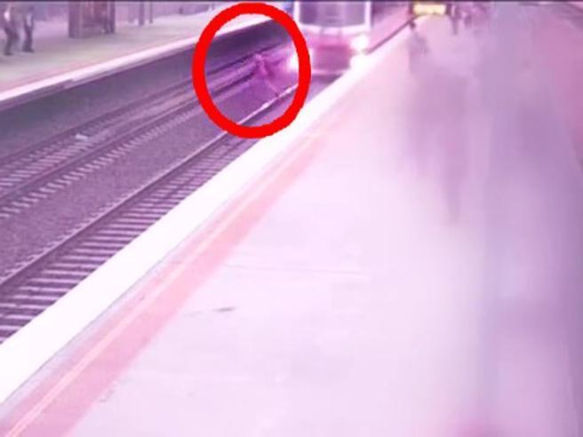 Australia: non attraversare i binari del treno. Incidente evitato per un soffio