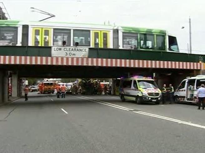 Melbourne: bus si schianta contro un ponte, 11 feriti