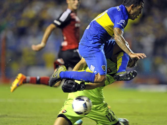 Lo scontro è terribile: Tevez rompe la mandibola al portiere avversario