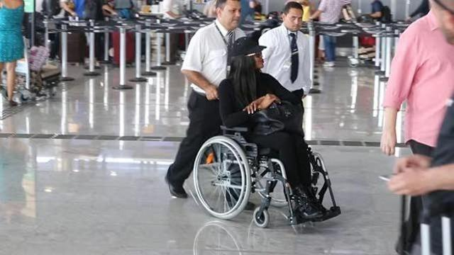 Sedie A Rotelle Leggere : Naomi campbell in sedia a rotelle all aeroporto di san paolo