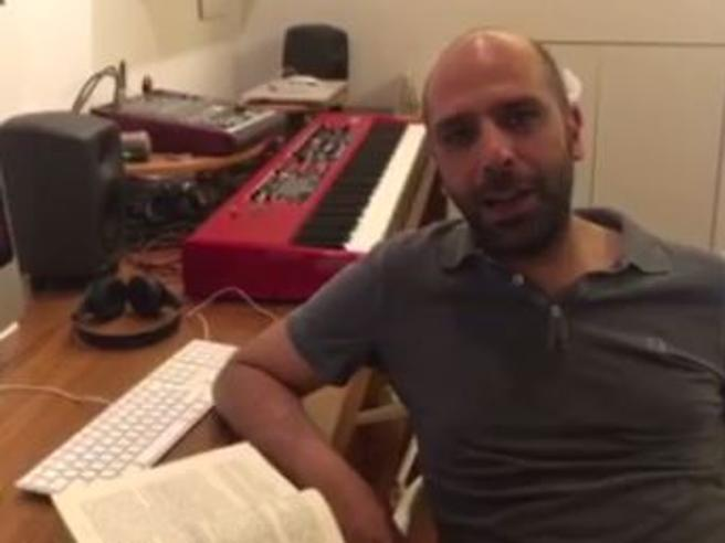Checco Zalone si schiera con i detenuti: «Il carcere dovrebbe rieducare invece emargina»