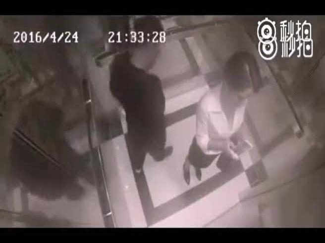 Ecco come si sistema il molestatore in ascensore