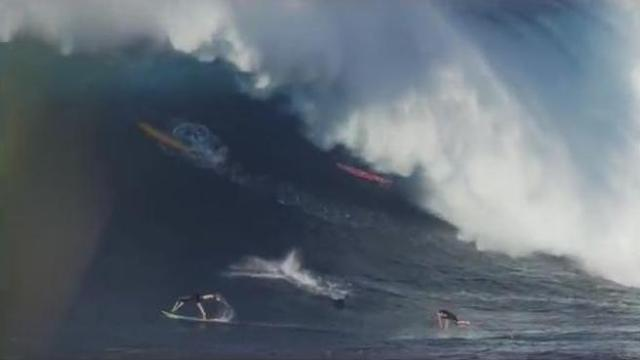 Arriva l'onda gigante e surfisti terrorizzati si gettano dalle tavole