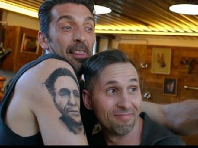 Buffon si tatua il volto di un fan sul braccio e lo fa impazzire di gioia