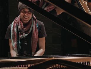 Ezio Bosso al pianoforte al teatro Carlo Felice di Genova