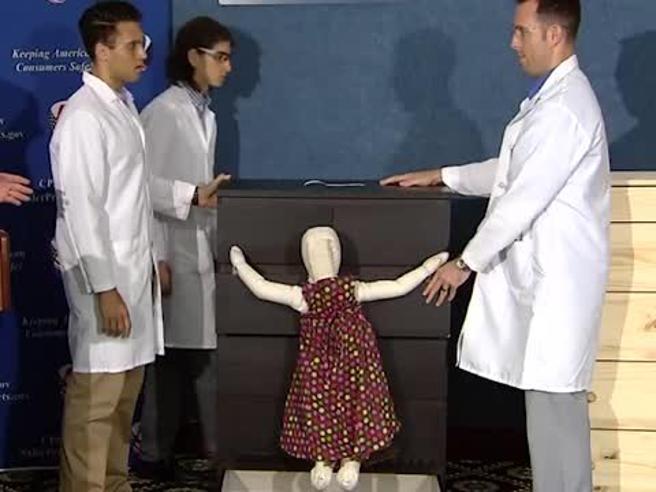 Ikea, così  la cassettiera Malm   può schiacciare un bambino Il video