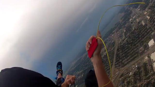 Perde il paracadute dopo il lancio. Il momento drammatico catturato dalla GoPro