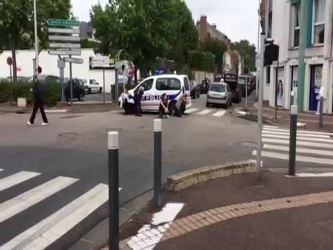 Francia, uomini armati prendono ostaggi in una chiesa: le prime immagini