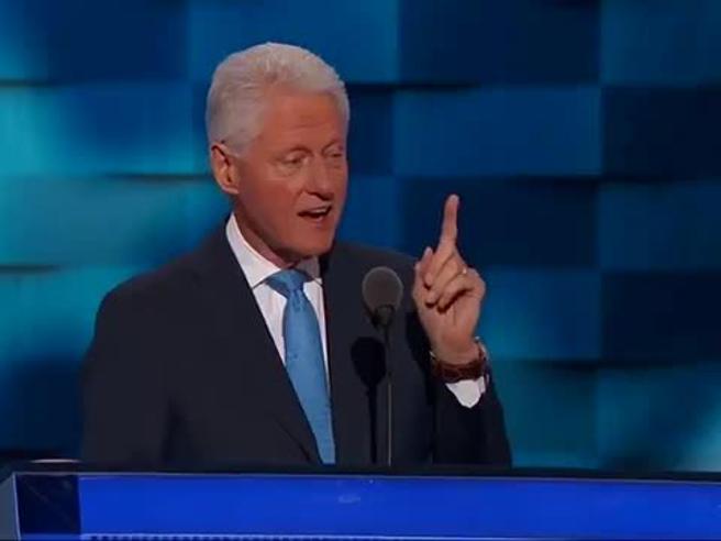 Bill Clinton fa il romantico e racconta: «Nel 1971 incontrai una ragazza...»