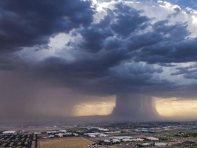 Tempesta sopra Phoenix, la nuvola sembra un fungo atomico