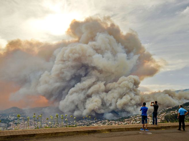 Funchal, tre giorni  di  fiamme: tre morti, 200 feriti  e 1000 sfollati Video