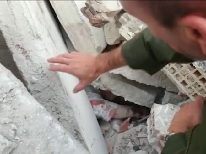Terremoto in Centro Italia, il soccorritore parla con la donna sotto le macerie