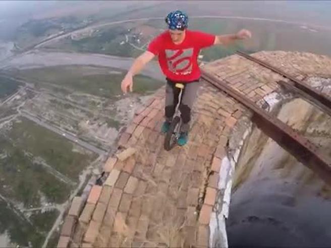 Flavio e gli acrobati della ciminiera romena