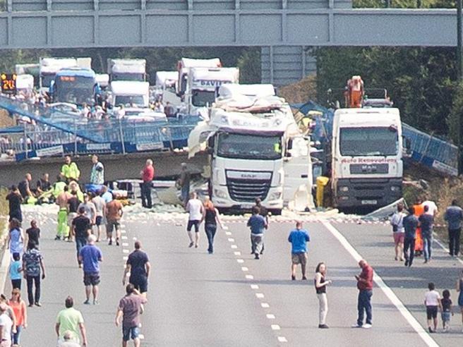 Camion troppo alto urta ponte che crolla sulla stradaUn  ferito Video