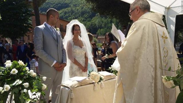 Matrimonio Simbolico In Chiesa : Il terremoto non ferma gli sposi la chiesa è inagibile