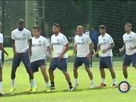 Saltare, girare, scattare: il curioso (e divertente) allenamento dell'Inter