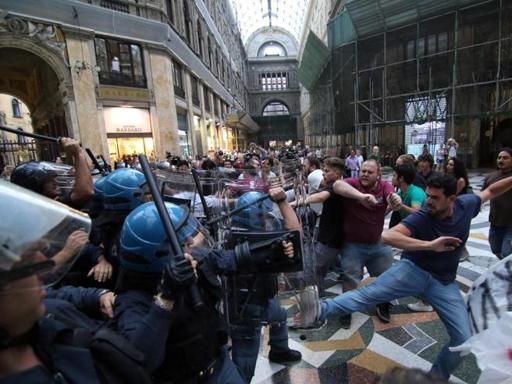 Napoli, scontri con i centri sociali alla manifestazione contro Renzi