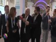 Dominque Strauss-Khan e la rabbia contro il giornalista: gli strappa il microfono e lo butta via