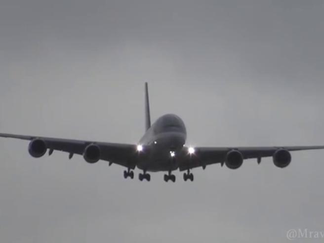 L'aereo passeggeri più grande del mondo combatte contro il vento