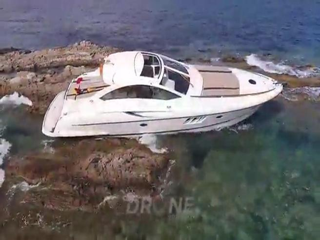 Saint-Tropez, il rich kid sbaglia manovra e finisce sugli scogli con lo yacht di papà