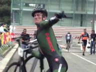 Milano, il corridore si infuria per una caduta durante la gara e sfascia la bici