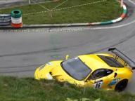 La Ferrari sbaglia la curva in gara e si schianta