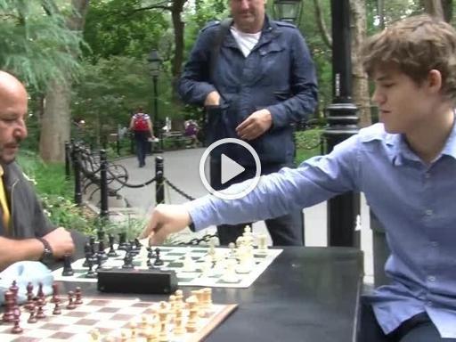 New York, il campione del mondo si ferma a giocare: i dilettanti di Washington Square non hanno scampo