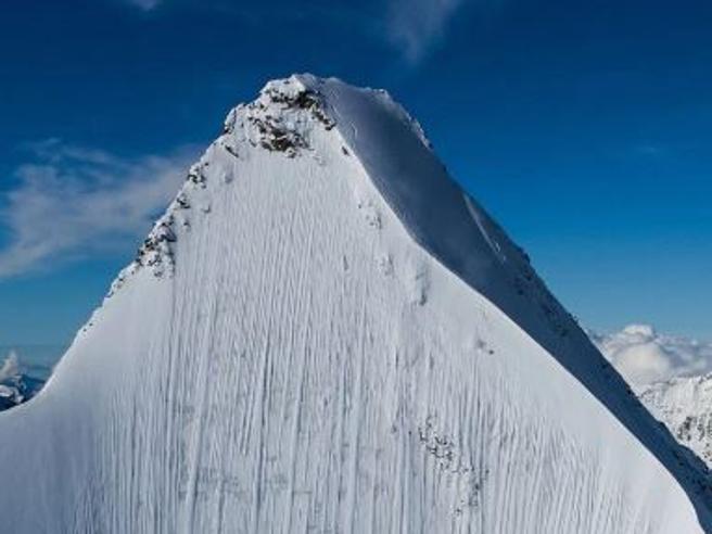 Dove è lo sciatore? L'impressionante discesa lungo la parete verticale