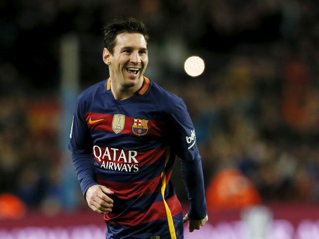 Lionel Messi va forte anche a basket: fa canestro, ma con i piedi