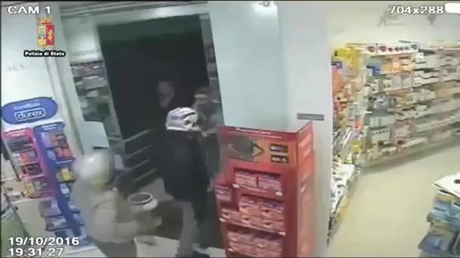 Rapinano farmacia, ma dietro la porta c'è... la polizia!