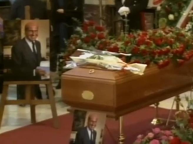 Veronesi:  code alla camera ardente Tv|Ministri e vip: fotoIl figlio: «Alla fine non ha voluto essere curato»|Video