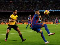 Il re dei sombrero: Neymar supera l'avversario con un gesto tecnico da cineteca