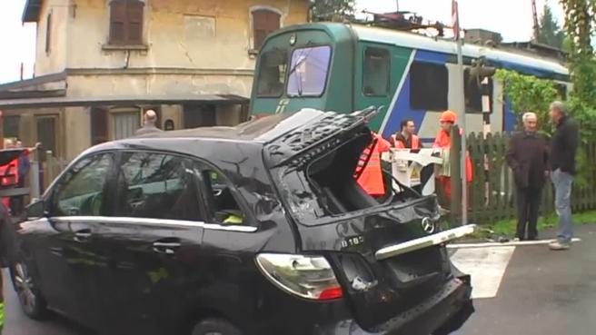 Auto bloccata sui binari: il treno la travolge Video