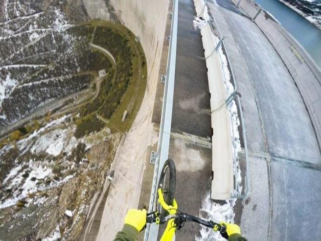 Con la bici in bilico a 200 metri sulla ringhiera  in cima alla diga