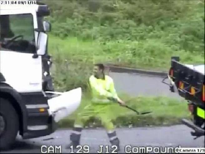Inghilterra: rissa tra camionisti a colpi di vanga in mezzo alla strada