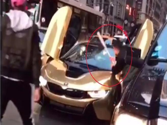 Star di YouTube blocca il traffico: automobilista gli fracassa la Bmw dorata da 150mila dollari