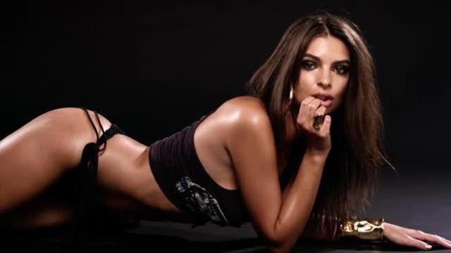 Calendario Donne Hot.Emily Ratajkowski Si Spoglia Per Il Calendario Dell Avvento