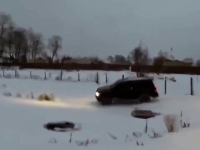 Russia, fa le scivolate con il suv sul lago ghiacciato, ma ecco cosa succede