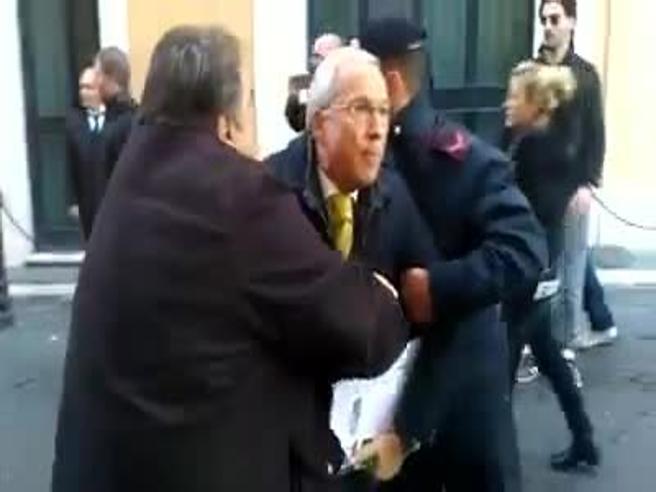 L'ex deputato Osvaldo Napoli «arrestato» dai forconi L'aggressione a due passi da Montecitorio
