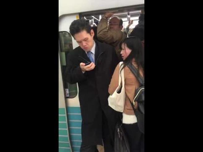 Ressa in metro a Tokyo: spinto a forza sul vagone, non fa una piega