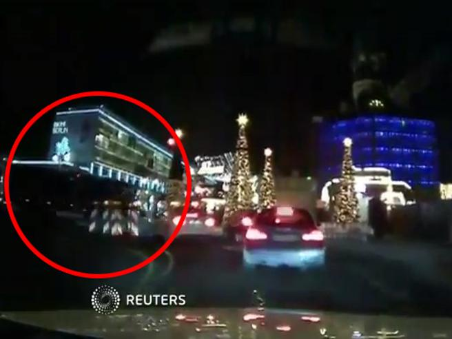 Attentato a Berlino, ecco il video del camion lanciato a tutta velocità verso il mercatino di Natale