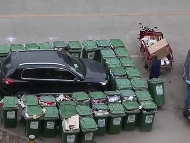 Parcheggia in divieto di sosta: la vendetta del netturbino cinese