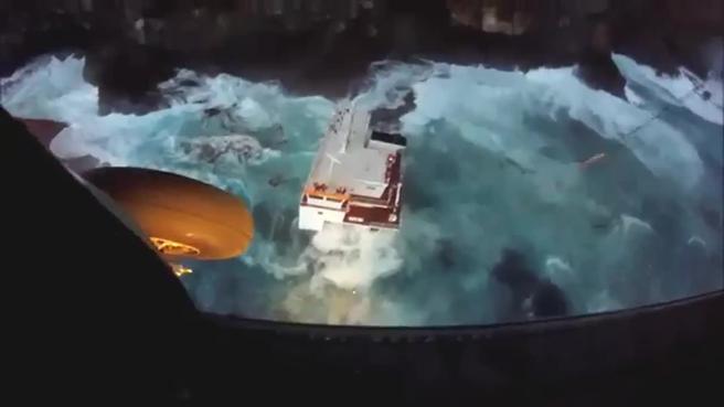 La nave affonda: lo spettacolare salvataggio dei marinai Video