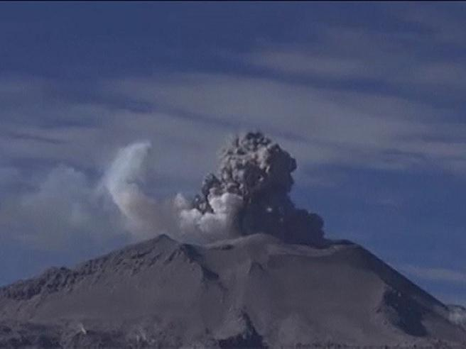 Perù, il vulcano    Sabancaya  spaventa le Ande Guarda il video