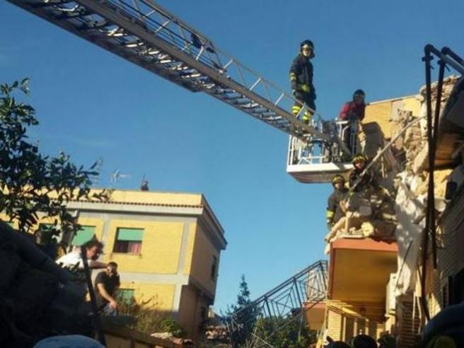 Roma, crolla una palazzina ad Acilia: 4 dispersi DirettaSi ipotizza una fuga di gas